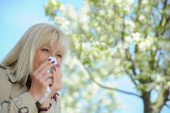 Polline senior di allergia della donna Fotografia Stock Libera da Diritti