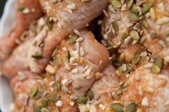 Pollo adobado con el girasol y graines y miel de la calabaza Foto de archivo
