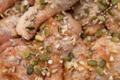 Pollo adobado con el girasol y graines y miel de la calabaza Fotos de archivo libres de regalías