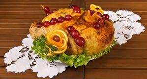 Pollo adornado con la naranja, uva, perejil Foto de archivo libre de regalías