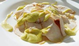 Pollo affettato con la salsa dell'avocado Immagine Stock