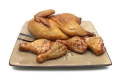 Pollo ahumado y piernas de pollo asadas a la parrilla en la placa Imágenes de archivo libres de regalías