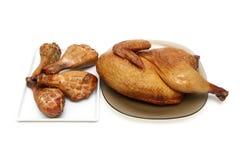 Pollo ahumado y piernas de pollo asadas a la parrilla en un fondo blanco Imágenes de archivo libres de regalías