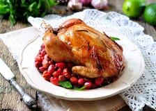 Pollo al forno con corniolo, aglio e rosmarini su una tavola di legno Fotografia Stock Libera da Diritti