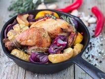 Pollo al forno con la cipolla rossa Fotografia Stock Libera da Diritti