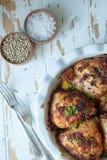 Pollo al forno con le spezie e la cipolla di inverno fotografie stock