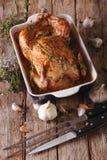 Pollo al forno con un primo piano di quaranta spicchi d'aglio sulla tavola fotografia stock