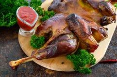 Pollo aplanado cocido conjunto con una corteza curruscante de oro 'tabaka del pollo ' fotos de archivo