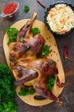 Pollo aplanado cocido conjunto con una corteza curruscante de oro 'tabaka del pollo ' imagen de archivo