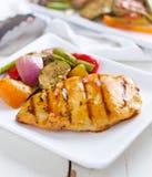 Pollo arrostito col barbecue con i lati della verdura fresca immagini stock