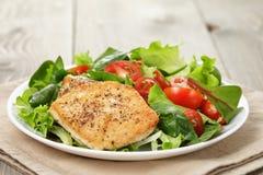 Pollo arrostito con insalata e le erbe di verdure fotografia stock