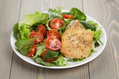 Pollo arrostito con l'insalata della miscela fotografia stock