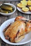 Pollo arrostito con la patata al forno su una tavola di legno Immagini Stock Libere da Diritti