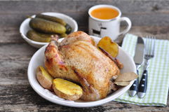 Pollo arrostito con la patata al forno su una tavola di legno Fotografia Stock Libera da Diritti
