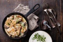 Pollo arrostito con la salsa di aglio cremosa immagine stock libera da diritti