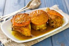 Pollo arrostito con le arance sul piatto bianco Fotografie Stock