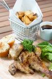 Pollo arrostito con le patate fritte Immagini Stock