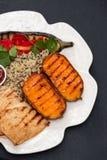 Pollo arrostito con le verdure e la salsa sul piatto bianco fotografia stock