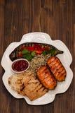 Pollo arrostito con le verdure e la salsa sul piatto bianco fotografia stock libera da diritti