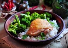 Pollo arrostito con riso e broccoli, stile rustico Fotografia Stock