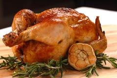 Pollo arrostito con rosmarino ed aglio fotografia stock libera da diritti