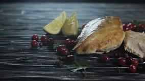 Pollo arrostito su un fondo di legno archivi video
