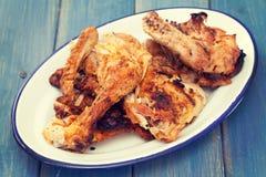 Pollo arrostito sul piatto bianco immagini stock libere da diritti