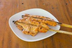 Pollo arrostito sul piatto bianco, fondo di legno Fotografia Stock Libera da Diritti