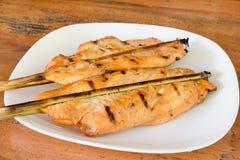 Pollo arrostito sul piatto bianco, fondo di legno Immagine Stock Libera da Diritti