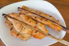Pollo arrostito sul piatto bianco, fondo di legno Immagine Stock