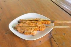 Pollo arrostito sul piatto bianco, fondo di legno Immagini Stock