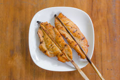 Pollo arrostito sul piatto bianco, fondo di legno Fotografia Stock