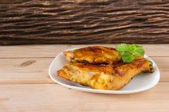 Pollo arrostito sul piatto bianco, fondo di legno Immagini Stock Libere da Diritti