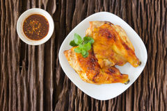 Pollo arrostito sul piatto bianco, fondo di legno Fotografie Stock Libere da Diritti