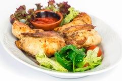 Pollo arrostito sul piatto con insalata Fotografie Stock Libere da Diritti