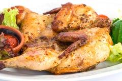Pollo arrostito sul piatto con insalata Fotografia Stock