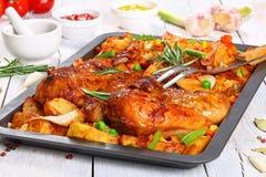 Pollo arrostito sul vassoio di cottura con le verdure fotografia stock