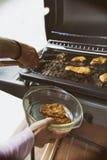 Pollo arrostito sulla griglia del gas sul giardino, fondo bianco Fotografia Stock