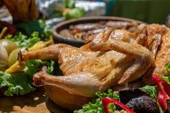 Pollo arrostito Tabaca dell'alimento georgiano tradizionale con gli ortaggi freschi immagine stock