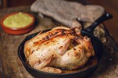 Pollo arrostito tutto in padella Immagini Stock