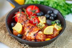 Pollo arrosto con il limone, le olive, i pomodori ed il timo pranzo Fotografie Stock