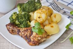 pollo arrosto con le patate ed i broccoli fotografia stock