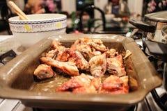 Pollo arrosto succoso in pentola immagine stock libera da diritti
