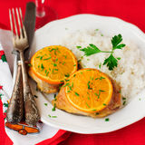 Pollo asado anaranjado condimentado con el arroz, atmósfera de la Navidad, sel Fotografía de archivo libre de regalías