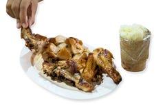Pollo asado con arroz pegajoso o arroz pegajoso en el fondo blanco imágenes de archivo libres de regalías