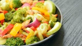 Pollo asado con bróculi, el calabacín, el puerro y las coles de Bruselas metrajes