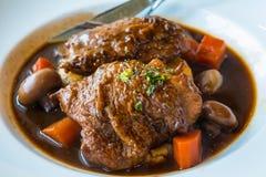 Pollo asado con el jamón, la zanahoria y la seta en salsa de vino rojo con el puré de patata fotos de archivo libres de regalías