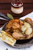 Pollo asado con la cebolla, el ajo y el romero Fotografía de archivo