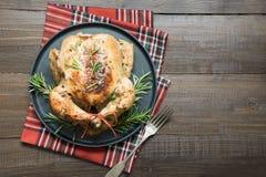 Pollo asado de la Navidad tradicional con las especias y el romero en la tabla de madera Visión superior fotos de archivo libres de regalías