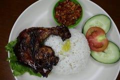Pollo asado delicioso en una placa con la salsa de chile foto de archivo